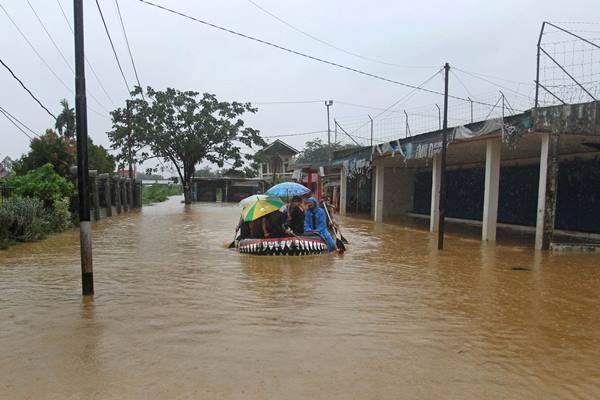 Ilustrasi banjir, anggota Batalyon Marinir Pertahanan Pangkalan (Yonmarhanlan) II Padang, mengevakuasi warga yang terdampak banjir di Kelurahan Rawang, Padang Selatan, Padang, Sumatera Barat, Kamis (31/5). - Antara