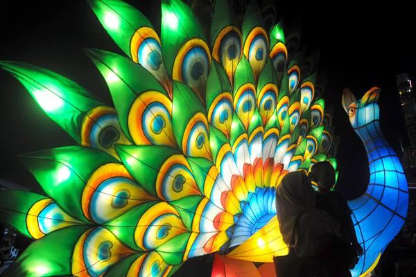 Pengunjung berfoto di area festival lampion Pesta Rakyat Jateng Fair di Pusat Rekreasi dan Promosi Pembangunan (PRPP), Semarang, Jawa Tengah, Sabtu (13/8/2018). - Antara