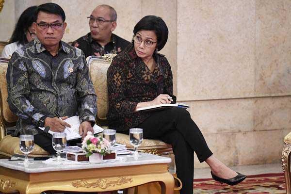 Menteri Keuangan Sri Mulyani (kanan) dan Kepala Staf Presiden Moeldoko (kiri) mengikuti Sidang Kabinet Paripurna yang dipimpin Presiden Joko Widodo, di Istana Negara, Jakarta, Senin (7/1/2019). - ANTARA/Puspa Perwitasari