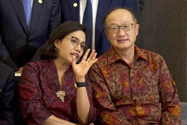 Menteri Keuangan Sri Mulyani (kiri) berbincang dengan Presiden Grup Bank Dunia Jim Yong Kim sebelum melakukan sesi foto bersama para menteri keuangan dan gubernur bank sentral negara-negara G20 di Nusa Dua, Bali, Kamis (11/10/2018). - ANTARA/Nicklas Hanoatubun