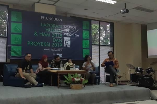 Ketua Umum YLBHI Asfinawati (dua dari kanan) saat memaparkan laporan Pelanggaran Hukum dan HAM di Jakarta, Selasa (8/1/2019). - Bisnis/Iim Fathimah Timorria