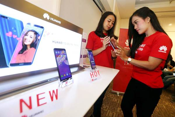 Model mencoba smartphone Huawei Nova 2 Lite di sela-sela peluncurannya di Bandung, Jawa Barat, Senin (30/4/2018). - JIBI/Rachman