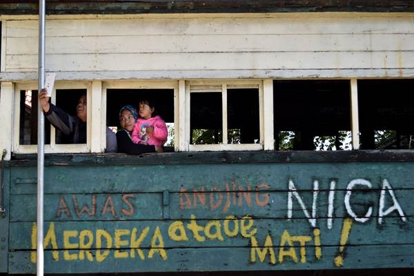 Wisatawan berswafoto di gerbong kereta api bersejarah koleksi Monumen Palagan Ambarawa di Kabupaten Jawa Tengah, Senin (14/8). Tempat yang dibangun pada 1973 tersebut menjadi destinasi wisata edukasi mengenai sejarah perjuangan pahlawan dalam mempertahankan kemerdekaan Republik Indonesia dari serangan Belanda, khususnya untuk mengenang peristiwa Palagan Ambarawa pada Desember 1945. ANTARA FOTO - Aditya Pradana Putra