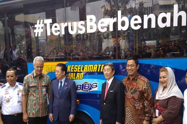 Dirjen Perhubungan Darat Budi Setyadi, Gubernur Jateng Ganjar Pranowo bersama Wali Kota Toyama Masashi Mori dan Wali Kota Semarang Hendrar Prihadi saat meresmikan BRT berbahan bakar gas - Alif