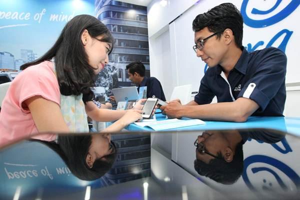 Karyawan Asuransi Astra melayani nasabah - JIBI/Dedi Gunawan