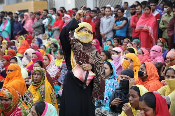 Pekerja garmen protes menuntut kenaikan upah di Dhaka, Bangladesh, (9/1/2018) - Reuters/Salahuddin Ahmed