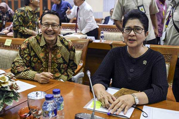 Menteri Kesehatan Nila Farid Moeloek (kanan) dan Dirut BPJS Kesehatan Fachmi Idris (kiri) bersiap mengikuti rapat kerja dengan Komisi IX DPR di Komplek Parlemen, Senayan, Jakarta, Senin (17/9/2018). - ANTARA/Hafidz Mubarak A