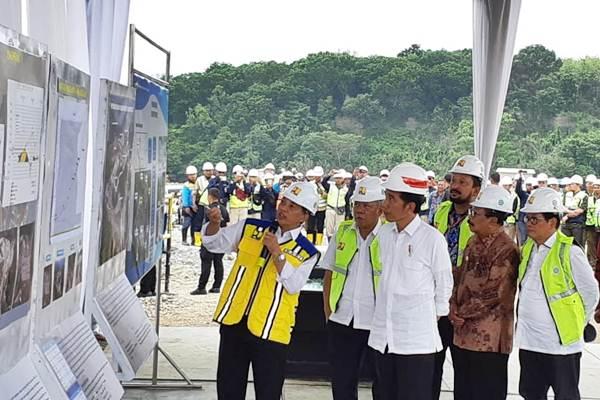 Ilustrasi: Presiden Joko Widodo (tengah) meninjau pembangunan Bendungan Bendo di Kabupaten Ponorogo, Jawa Timur, Jumat (4/1/2019). - Bisnis/Amanda Kusumawardhani
