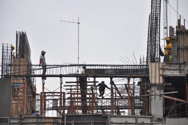 Pekerja menyelesaikan proyek pembangunan salah satu gedung bertingkat di Medan, Sumatera Utara, Kamis (10/1/2019). - Antara/Septianda Perdana