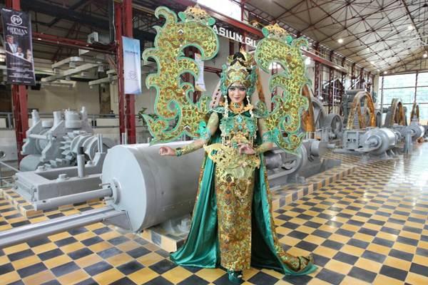 Penari berpose dengan latar belakang mesin bekas pabrik gula Colomadu saat karnaval De Tjolomadue, di Karanganyar, Jawa Tengah Kamis (22/3/2018). - JIBI/Dedi Gunawan