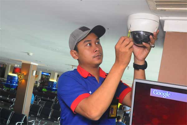 Petugas teknisi memerbaiki Closed Circuit Television (CCTV) di ruang tunggu bandara Adi Soemarmo, Senin (12/6). - Antara/Aloysius Jarot Nugroho