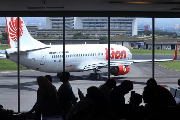 Penumpang menunggu jadwal penerbangan di Bandara Internasional Husein Sastranegara Bandung, Jawa Barat, Kamis (27/12). - Bisnis/Rachman