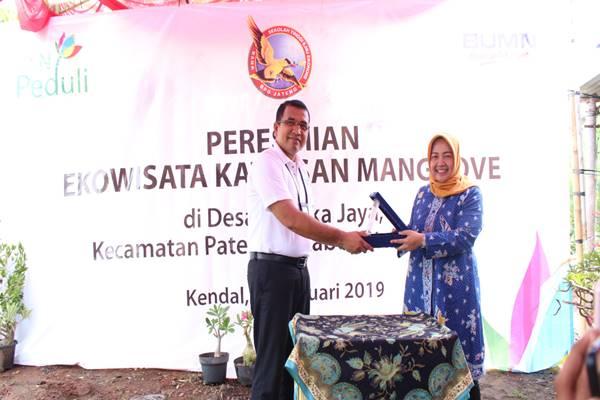 Manager PLN UP3 Semarang Donny Adriansyah (kiri) secara simbolis menyerahkan bantuan CSR untuk pengembangan Kawasan Ekowisata Mangrove di Desa Kartika Jaya, Kecamatan Patebon, Kabupaten Kendal. - Istimewa