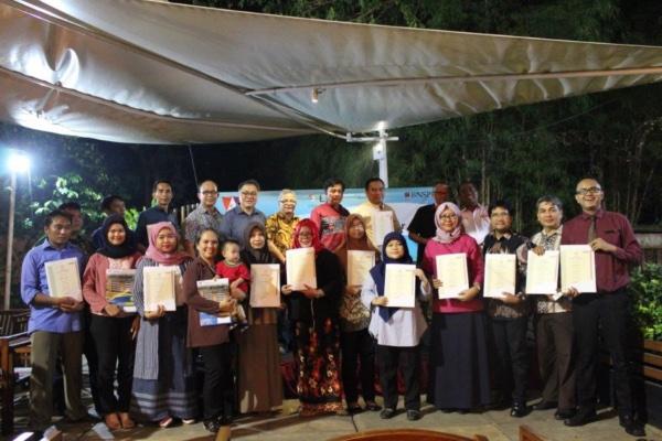 Para pengajar dan siswa Metland School berfoto bersama dengan perwakilan manajemen Metropolitan Land setelah mendapatkan sertifikat asesor dan kewirausahaan muda di HOM Hotel Tambun, Bekasi, Jumat (11/1/2019). - Istimewa