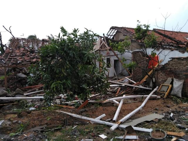 Rumah rusak akibat puting beliung di Rancaekek - sumber:BNPB