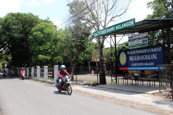 Warga melintas di depan halte bus Perum Damri, sebalah utara kompleks Pasar Joko Tingkir, Nglangon, Sragen, Minggu 13 Januari 2019. - Bisnis/ Tri Rahayu