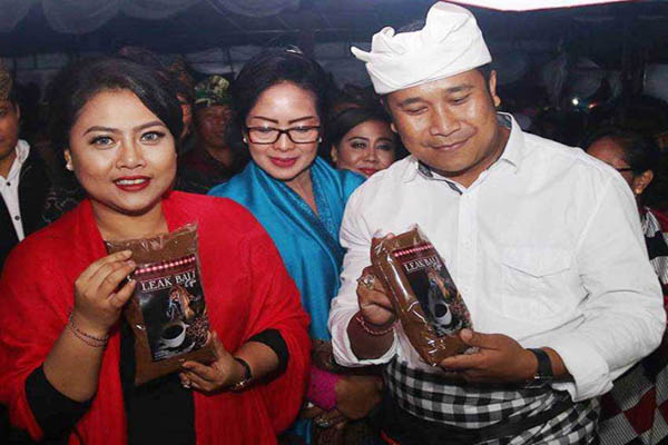 Bupati Tabanan Ni Putu Eka Wiryastuti (kiri) menunjukkan kemasan Kopi Kita Serasi.