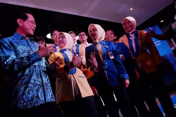 Presiden Direktur BCA Jahja Setiaatmadja berbincang dengan karyawan pada peluncuran seragam baru di Jakarta, Senin (9/7/2018). - JIBI/Nurul Hidayat