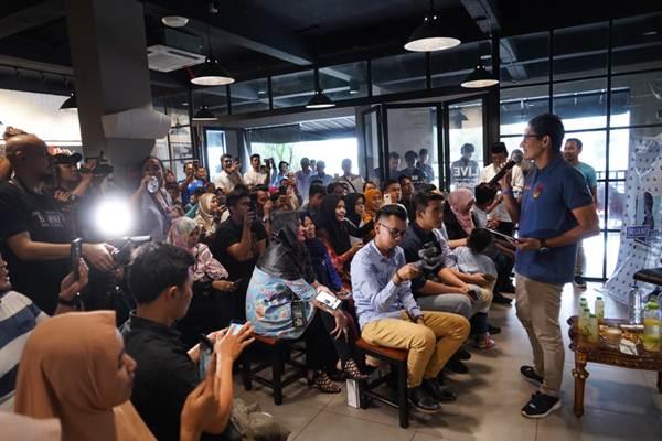 Calon Wakil Presiden nomor urut 02, Sandiaga Salahuddin Uno, saat berdialog dengan kalangan milenial Tangerang di Warung Up Normal Warung Up Normal, Tangerang Banten pada Selasa (15/01/2019) - ist
