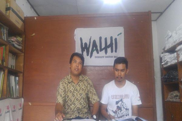 Walhi Bali melakukan konferensi pers terkait penolakan gubernur untuk menunjukkan surat salinan mengenai reklamasi teluk benoa yang ditujukan ke Presiden Joko Widodo  -  Ni Putu Eka Wiratmini