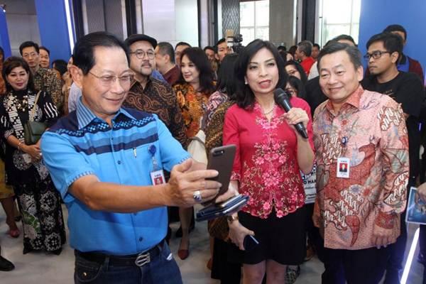 Presiden Direktur Bank BCA Jahja Setiaatmadja (kiri) bersama Direktur Santoso (kanan), mencoba fasilitas perbankan saat meresmikan BCA Expoversary 2018, di ICE BSD,Tangerang Selatan, Jumat (9/2/2018). - JIBI/Endang Muchtar