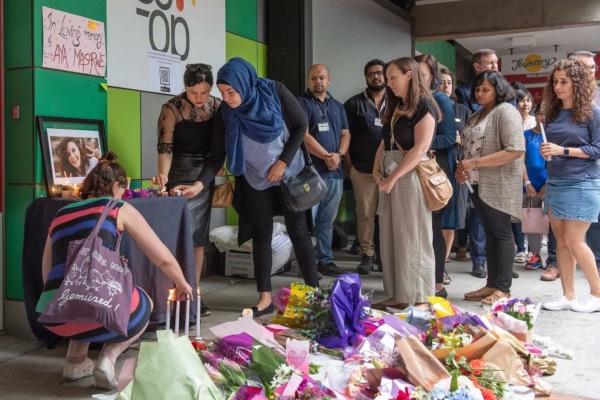 Staf dan mahasiswa La Trobe University, tempat Aiia Masaarwe menjalankan program pertukaran pelajarnya, menyimpan bunga di altar penghormatan bagi Maasarwe, yang dibunuh oleh orang tak dikenal di Melbourne, Australia, pekan ini. - AAP/Ellen Smith