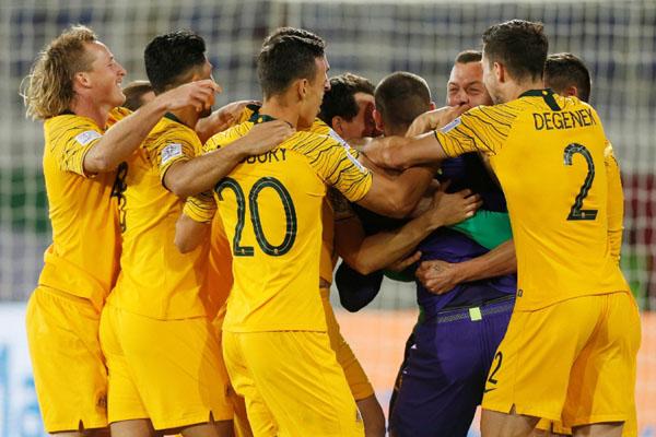 Para pemain Australia merayakan kemenangan atas Uzbekistan sehingga lolos ke 8 besar Piala Asia 2019. - Reuters/Satish Kumar Subramani