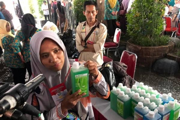 Eli Liawati warga Desa Padahurip, Banjarwangi, Garut, yang memproduksi sabun cuci tidak menyangka ketika mendapatkan pesanan senilai Rp2 miliar dari Presiden Joko Widodo dan Ibu Negara Iriana. - Antara