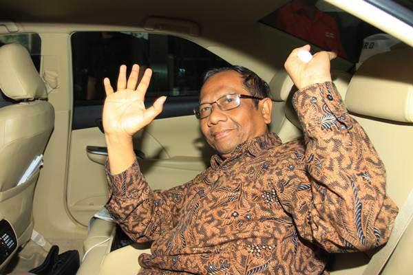 Mantan Ketua Mahkamah Konstitusi yang juga anggota Dewan Pengarah Badan Pembinaan Ideologi Pancasila, Mahfud MD menyapa wartawan seusai mendatangi Gedung KPK, Jakarta, Kamis (13/9/2018). - ANTARA/Reno Esnir
