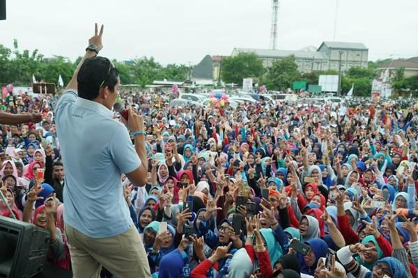 Calon Wakil Presiden nomor urut 02, Sandiaga Salahuddin Uno, berada di atas panggung, menyapa ribuan masyarakat yang memenuhi Lapangan H.Abdul Malik di Jalan Telaga Murni Raya, Telagamurni Cikarang Barat pada Selasa pagi (22/01/2019) - ist