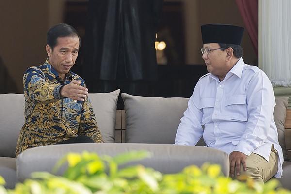 Presiden Joko Widodo (kiri) berbincang dengan Ketua Umum DPP Partai Gerakan Indonesia Raya Prabowo Subianto di teras belakang Istana Merdeka, Jakarta, Kamis (17/11). - Antara/Widodo S. Jusuf