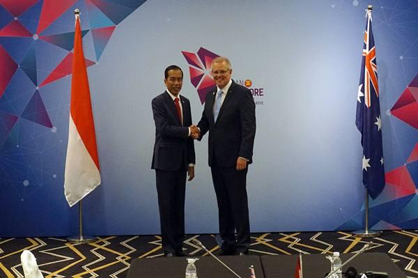 Presiden Joko Widodo (kiri) berjabat tangan dengan Perdana Menteri Australia Scott Morrison ketika melakukan pertemuan bilateral disela KTT ke-33 ASEAN, di Pusat Konvensi Suntec, Singapura pada Rabu (14/11/2018). - Antara