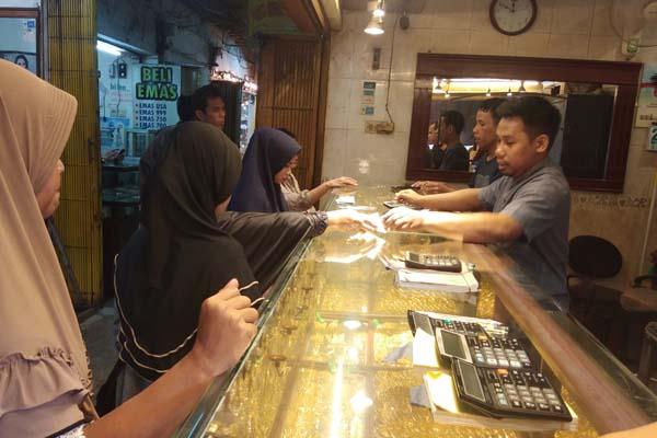 Aktivitas jual beli emas di Pasar Sentral Antasari Banjarmasin