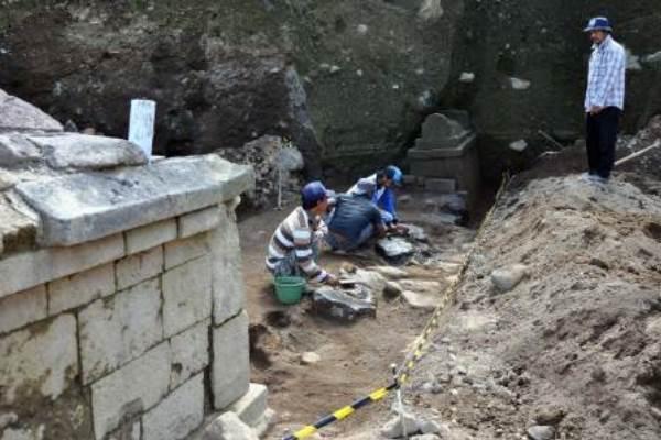 Sejumlah pekerja membersihkan bangunan kuno berupa pagar batu di situs Liyangan, Purbosari, Ngadirejo, Temanggung, Jateng, Senin (18/6/2013). - Antara/Anis Efizudin