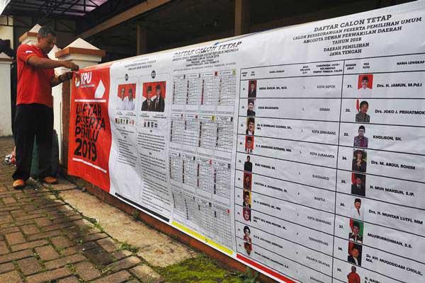 Petugas memasang spanduk Pemilu 2019 di Temanggung, Jawa Tengah - ANTARA/Anis Efizudin