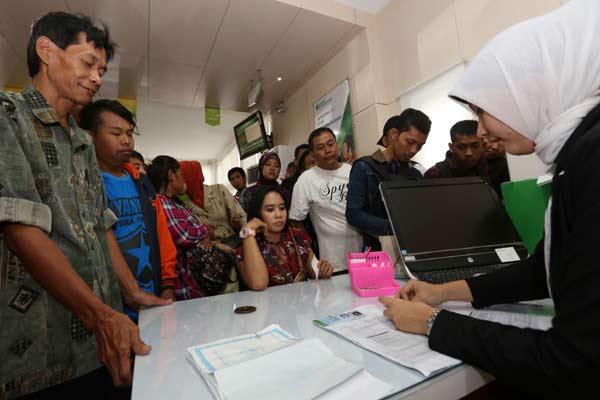 Warga mengantre pelayanan pencairan dana Jaminan Hari Tua (JHT) di Kantor BPJS Ketenagakerjaan Solo.  - Bisnis.com