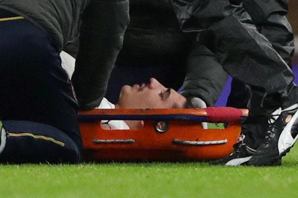 Bek Arsenal Hector Bellerin cedera saat melawan Chelsea. - Reuters/Hannah McKay