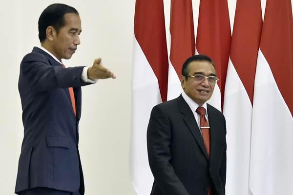 Presiden Joko Widodo (kiri) mempersilakan Presiden Timor Leste Francisco Guterres Lu Olo untuk menyampaikan keterangan pers bersama saat kunjungan kenegaraan di Istana Bogor, Jawa Barat, Kamis (28/6/2018). - ANTARA - Puspa Perwitasari