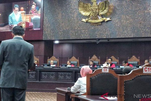 Anggota Komisi III DPR Arteria Dahlan (berdiri), ketika memberikan keterangan di hadapan Majelis Hakim Konstitusi dalam sidang uji materi UU ASN di Ruang Sidang Pleno Mahkamah Konstitusi. (ANTARA - Maria Rosari Dwi Putri)