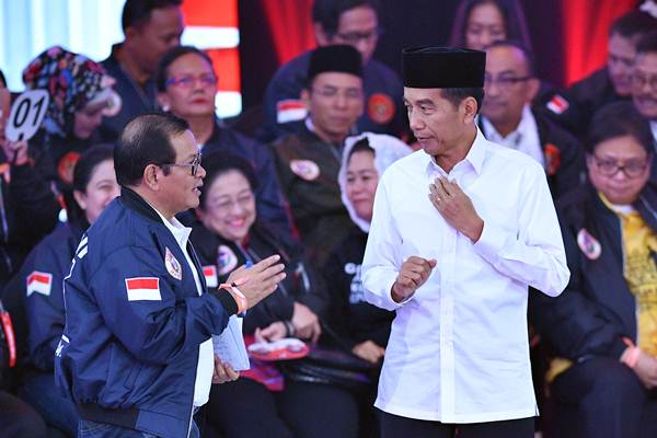 Capres nomor urut 01 Joko Widodo (kanan) berbincang dengan Anggota Dewan Pengarah Tim Kampanye Nasional (TKN) Joko Widodo-Ma'ruf Amin, Pramono Anung dalam debat pertama Pilpres 2019, di Hotel Bidakara, Jakarta, Kamis (17/1/2019). - ANTARA/Sigid Kurniawan