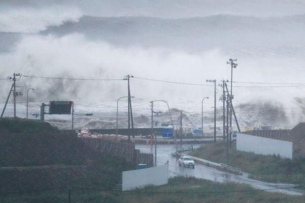 Ilustrasi gelombang tinggi. - Reuters