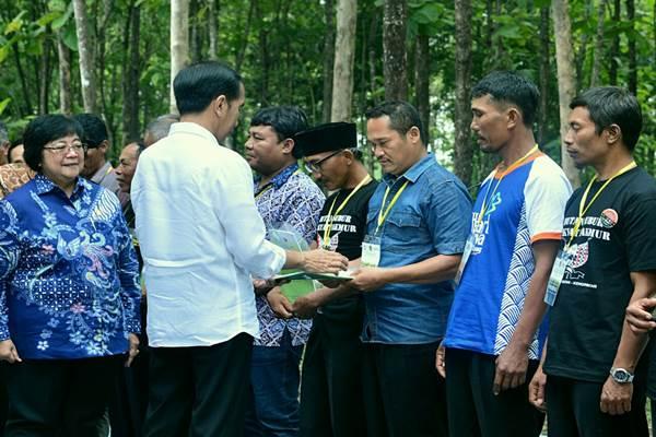 Presiden Joko Widodo menyerahkan 13 Surat Keputusan (SK) Perhutanan Sosial untuk 9.143 kepala keluarga di Desa Ngimbang, Kabupaten Tuban - Intan / Biro Pers Setpres