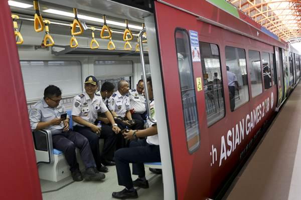 Ilustrasi: Sejumlah penumpang berada di dalam gerbong Light Rail Transit (LRT) Palembang di Stasiun Dekranasda Jakabaring (DJKA), Palembang, Sumatra Selatan, Senin (23/7/2018).. Kehadiran LRT di Palembang merupakan salah satu bentuk pembangunan fisik di Sumsel. - Antara/Nova Wahyudi