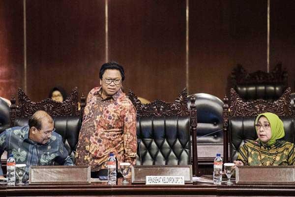Ketua DPD Oesman Sapta Odang (tengah) didampingi Wakil Ketua DPD Nono Sampono (kiri) dan Darmayanti Lubis (kanan) memimpin sidang Paripurna DPD di Kompleks Parlemen, Senayan, Jakarta, Rabu (23/8). - ANTARA/M Agung Rajasa