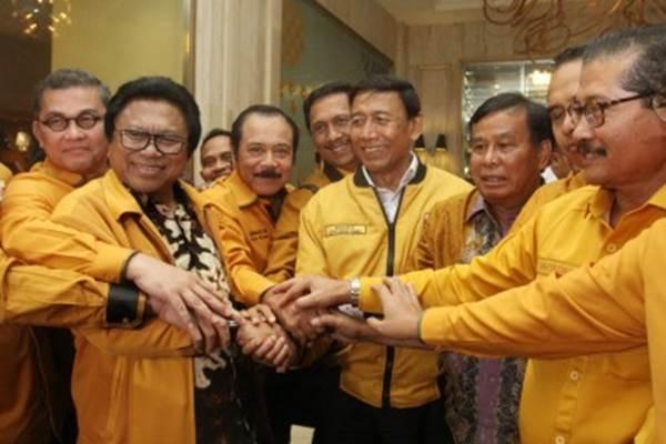 Ketua Dewan Pembina Wiranto (tengah) bersama kedua Ketua Umum Partai Hanura Oesman Sapta Odang (kedua kiri) dan Daryatmo (kanan) beserta sejumlah pengurus kedua kubu berjabat tangan setelah pertemuan tertutup di di Hotel Ritz Carlton, Mega Kuningan, Jakarta, Selasa (23/1). - Antara/Reno Esnir