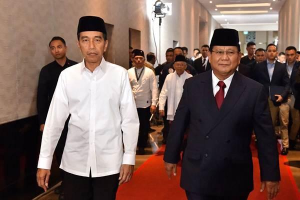 Capres nomor urut 01 Joko Widodo (kiri) berjalan bersama capres no urut 02 Prabowo Subianto sebelum mengikuti Debat Pertama Capres & Cawapres 2019, di Hotel Bidakara, Jakarta, Kamis (17/1/2019). - ANTARA/Setneg Agus Suparto