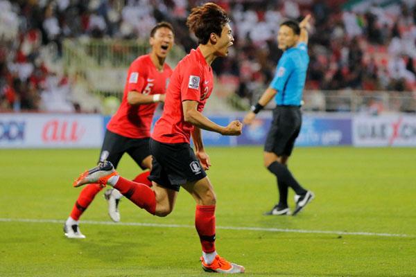 Pemain Korea Selatan Kim Jin-su merayakan golnya ke gawang Bahrain. - Reuters/Thaier Al/Sudani
