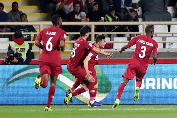 Pemain Qatar Bassam Hisham Ali Al-Rawi (kedua kanan) merayakan golnya ke gawang Irak bersama tiga rekannya untuk memastikan mereka lolos ke perempat final Piala Asia 2019. - Reuters/Suhaib Salem