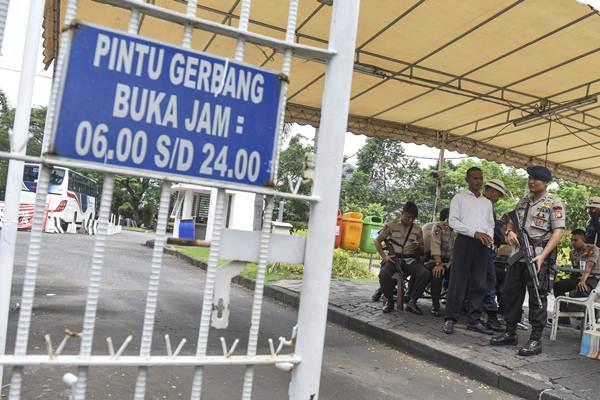 Pintu masuk kompleks perumahan yang ditempati  Basuki Tjahaja Purnama atau Ahok di Kompleks Pantai Mutiara, Jakarta, Jumat (4/11). - Antara/Hafidz Mubarak A