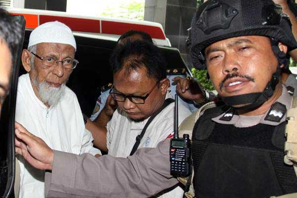 Terpidana kasus terorisme Abu Bakar Ba'asyir (kiri) dengan pengawalan petugas saat tiba untuk menjalani pemeriksaan kesehatan di RSCM Kencana, Jakarta, Kamis (1/3/2018). - ANTARA/Reno Esnir